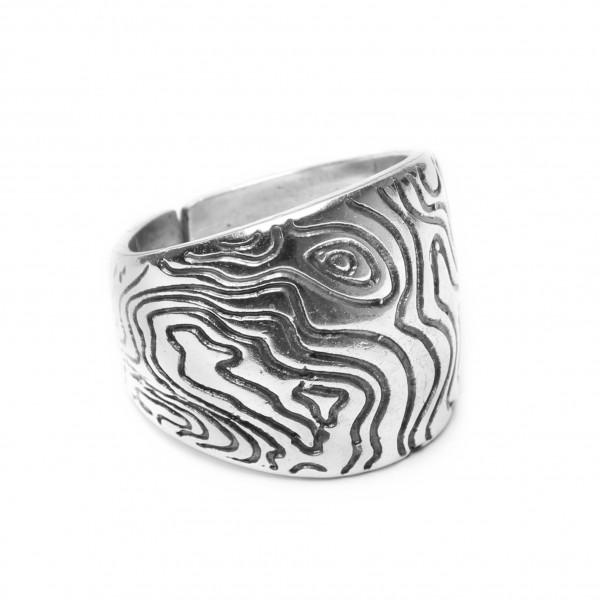 Silberner Ring mit Relief Verzierung von ORI TAO Bijoux
