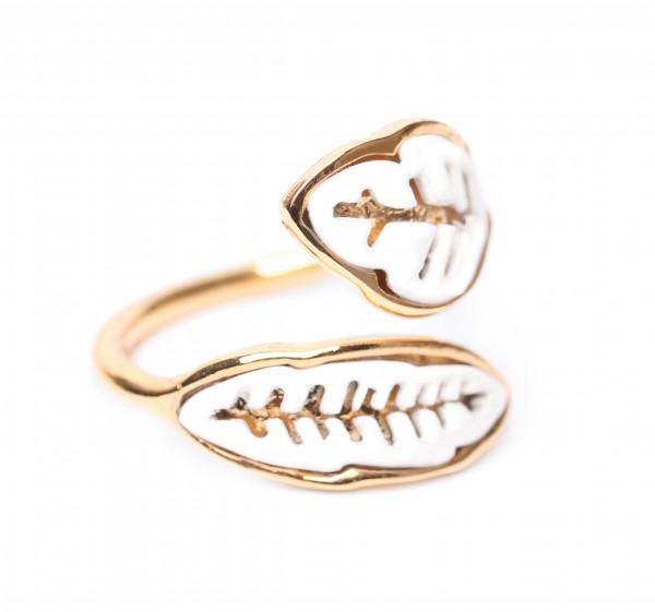 Vergoldeter Ring mit weißen Blättern von ORI TAO Bijoux