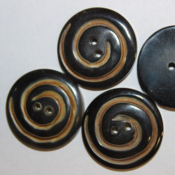 Büffelhornknopf mit Spiralfräsung 30 mm 2 Loch